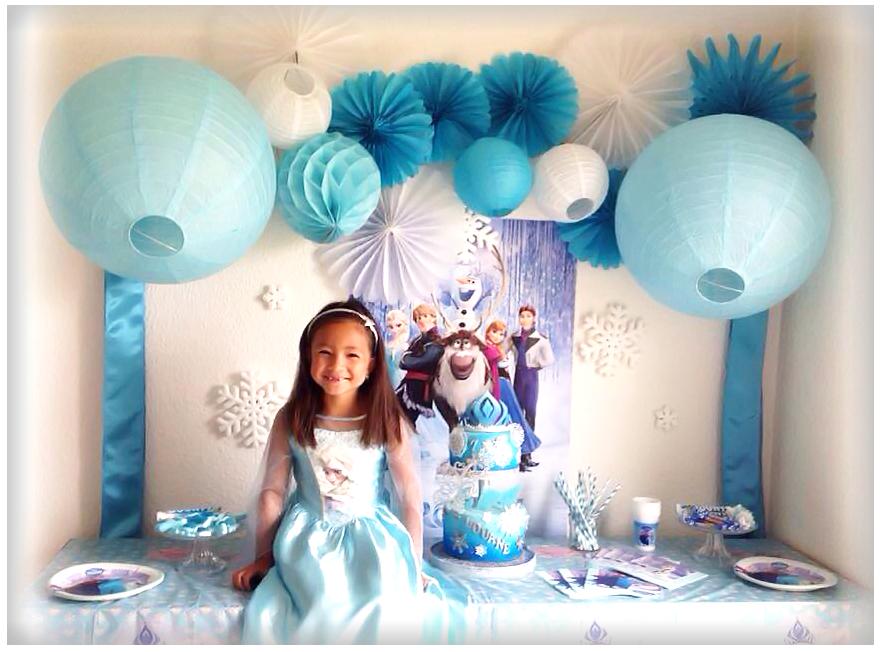 petite fille princesse sur tables de gourmandises decoree sur le theme de la reine des neiges