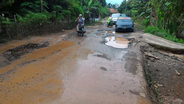 Warga Ngeluh, Jalan Pampangan Mulai Berlobang