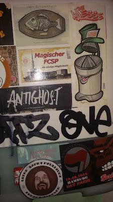 gekachelt: Sticker und Tags auf der Toilette nahe St. Pauli