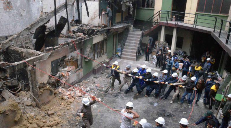 Funcionarios ediles procedieron a demoler parte del inmueble quemado el pasado 11 de noviembre por turbas masistas / AMI