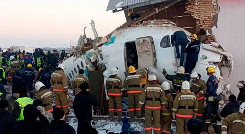 Polisi dan pekerja penyelamat tiba di lokasi kecelakaan di dekat Bandara Internasional Almaty, Kazakhstan, Jumat, 27 Desember 2019. Foto CNN.COM