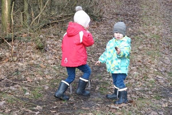 domowe sposoby na infekcje - dzieciaki przedszkolaki na spacerze