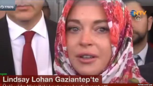 ليندسي لوهان: تعرضت لتمييز عنصري.. موظفة في مطار لندن طلبت مني خلع حجابي