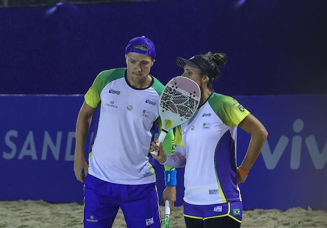 Rafaella Miller e André Baran conversando durante partida da Copa do Mundo de Beach Tennis