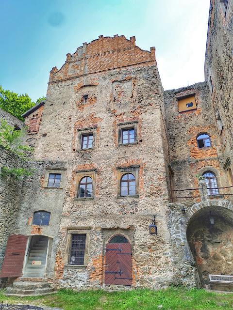 zamek położony w Górach Czarnych, na szczycie góry Choina
