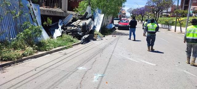 Sucre: Vehículo salta de un carril a otro en la avenida German Mendoza, vuelca y deja dos heridos (ver fotos y vídeos)