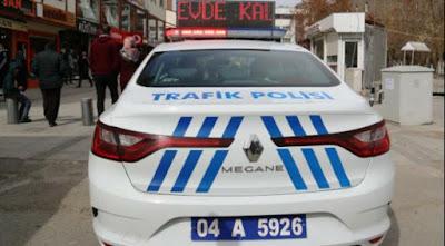 ابقى في المنزل عبارة تحملها سيارات شرطة المرور في ولاية أغري