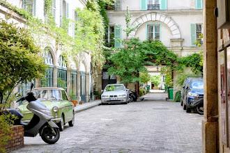 Paris : Passage Delanos, enclave verdoyante à deux pas de la gare du Nord, souvenir des vacheries parisiennes - Xème