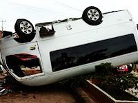 Mobil Pengantar Pengantin Asal Pangkep Terbalik di Jalan Poros Barru Pare-Pare