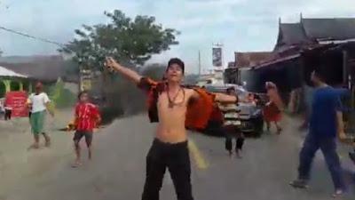VIDEO: Viral Aksi Pria Kebal Tolak Relokasi Pasar di Jeneponto
