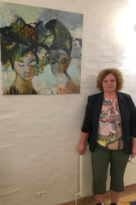 """Annemette Hoier Nielsen ved sit maleri """"Storytelling"""""""