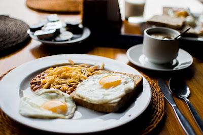 Mengkonsumsi makanan enak juga mesti yang sehat selain menambah kenyang, juga dapat bermanfaat bagi tubuh, seperti terhindar dari penyakit kronis contohnya. Makanan bergizi terbagi menjadi beberapa jenis seperti buah-buahan, sayuran, kancang-kacangan dan daging. Ada juga makanan yang dapat mempercantik kulit, penambah darah, pencegah kanker dll.  Tapi makanan sehat juga dapat menjadi sumber penyakit bagi orang yang mengkonsumsinya secara berlebihan. Karena sesuatu yang berlebihan itu tidak baik, apalagi soal makanan. Jadi, makanlah sebelum lapar dan berhentilah sebelum kenyang.  Berikut ini ada beberapa makan sehat yang baik untuk dikonsumsi secara jangka panjang:  1. Buah Apel Buah satu ini mempunyai segudang manfaat bila di konsumsi secara rutin. Selain dapat mempercatik kulit, juga dapat memberikan manfaat bagi jantung. Nutrisi yang terkandung didalam apet terdapat Vitamin C, Vitamin K, Vitamin A, Vitamin E, Vitamin B1, Vitamin B2, dan Vitamin B6.  Selain itu juga mengkonsumsi apel dapat menurunkan berat badan bagi yang sedang melakukan diet dan ternyata apel juga dapat menurutkan resiko terkenanya penyakit jantung, diabetes, kanker, dan juga asma.  2. Sayur Bayam Bayam mempunyai kandungan nutrisi seperti Vitamin C, Vitamin A, dan Folat. Bayam juga mengandung magnesium yang kaya dengan antioksidan tinggi, hal tersebut berkhasiat untuk melawan radikal bebas dalam tubuh yang dapat menyebabkan peradangan dan dapat menurunkan kadar glukosa bagi penderita diabetes. Masih banyak lagi manfaatnya seperti mencegah kanker, menjaga kesehatan mata, mengurangi resiko terkena penyakit kardiovaskular, mencegah asma, menyehatkan tulang, menjaga kesehatan kulit dll.  3. Kacang-kacangan Mengkonsumsi kacang baik bagi kesehatan pencernaan karena kaya akan serat, rendah lemak, sumber protein baik, pencegah kanker karena terdapat senyawa fiktokimia yang diperkirakan memiliki manfaat ani-kanker, baik untuk ibu hamil karena terdapat kandungan asam folat yang baik sebagai suplemen ibu ha