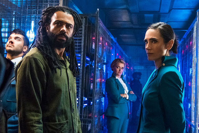 Daveed Diggs y Jennifer Connell en 'Snowpiercer'