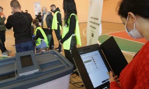 Σχεδόν 3,5 εκατομμύρια Αλβανοί προσέρχονται από το πρωί της Κυριακής, 25 Απριλίου, στις κάλπες για να εκλέξουν τη νέα Βουλή των 140 εδρών στις δέκατες βουλευτικές εκλογές στην Αλβανία στα 30 χρόνια -από την πτώση του καθεστώτος Χότζα- μεταπολίτευσης. Οι κάλπες άνοιξαν στις 7:00 (τοπική ώρα) και θα κλείσουν στις 19:00. Τις εκλογές παρακολουθούν περίπου 100 ομάδες παρατηρητών προερχόμενες από τον ΟΑΣΕ, την Ευρωπαϊκή Ένωση και τις ΗΠΑ.