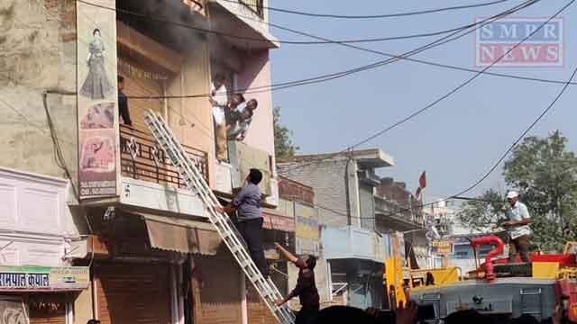 श्रीमाधोपुर में कपड़े के शोरूम में लगी आग