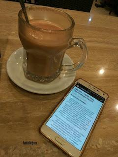 menulis artikel memakai smartphone