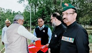 अंशदान करते हुए CM नीतीश कुमार