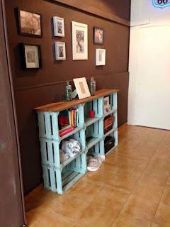 mueble construido con cajas de madera recicladas