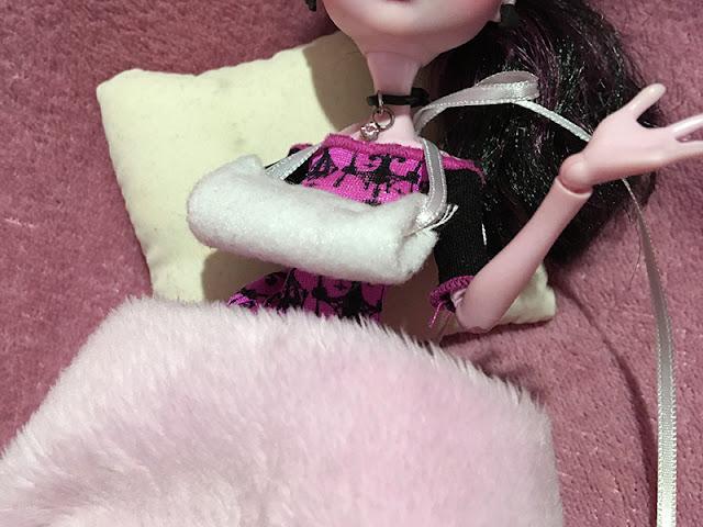 Boneca Draculaura com o braço enfaixado