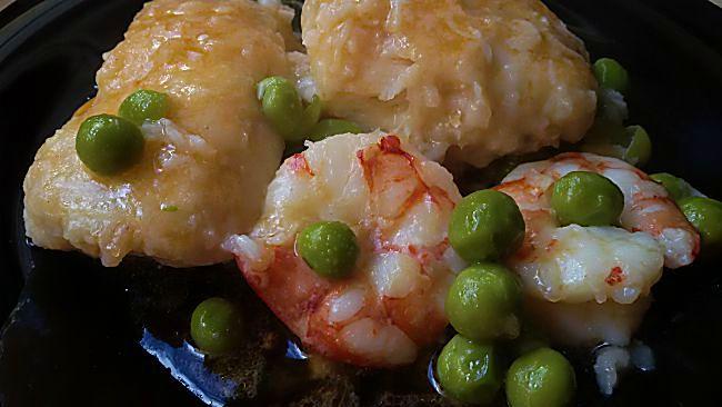 Pescadilla de pincho en salsa con gambones