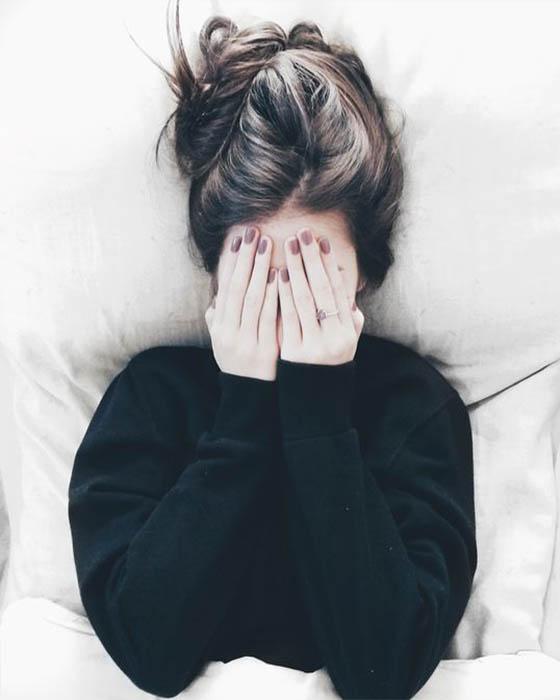 Pose tumblr tapándose la cara con las manos en la cama
