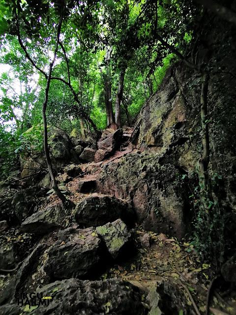 Laluan berbatu di Bukit Mok Cun