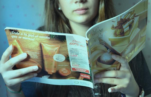 Chica ojeando un catálogo de producto