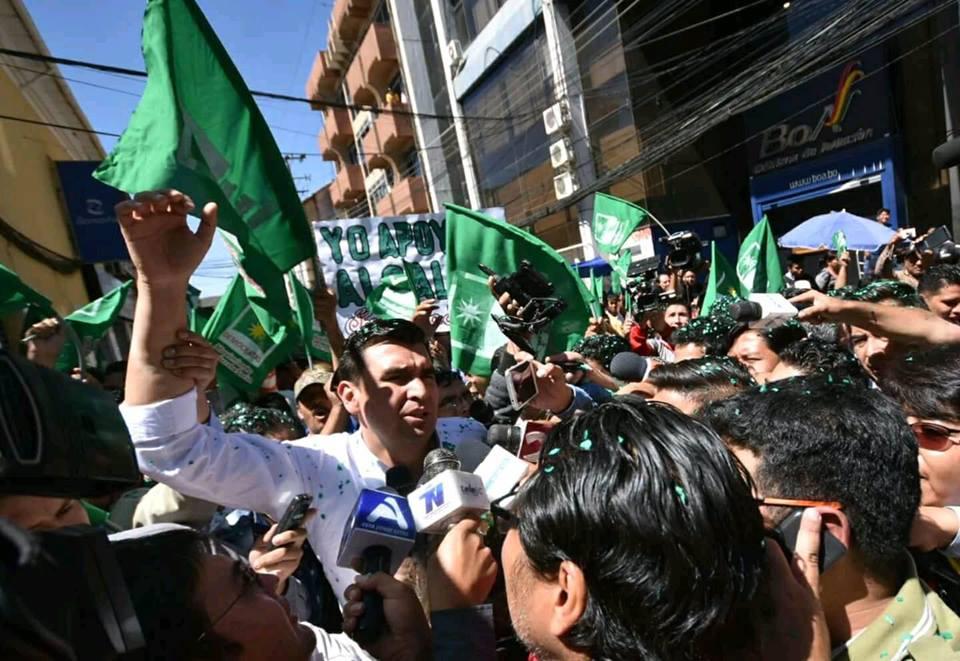 Leyes llegó al Ministerio Público custodiado por sus militantes en Cochabamba / FACEBOOK