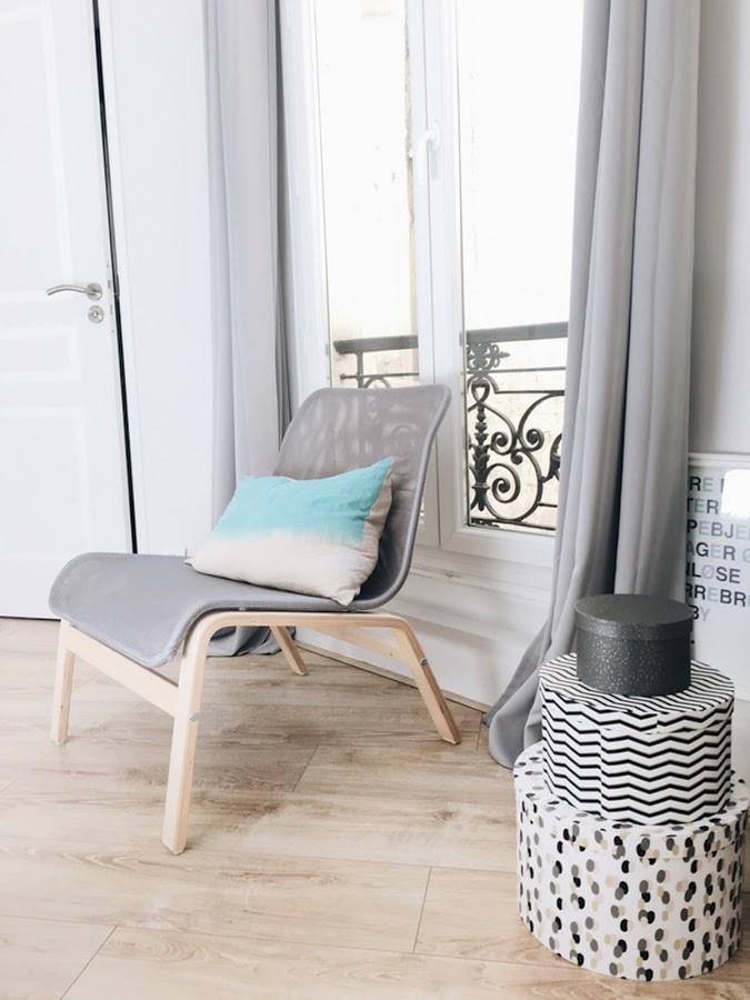 Rincón del salón decorado en tonos grises