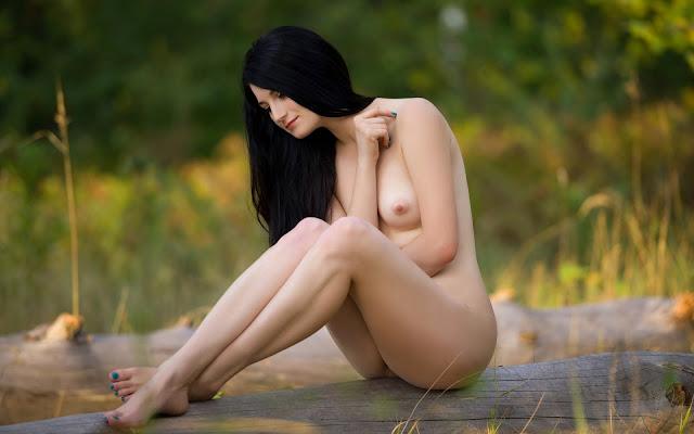 Красивая, голая, девушка, грудь, тело, поза, ножки, сидит, дерево, поляна, трава, природа