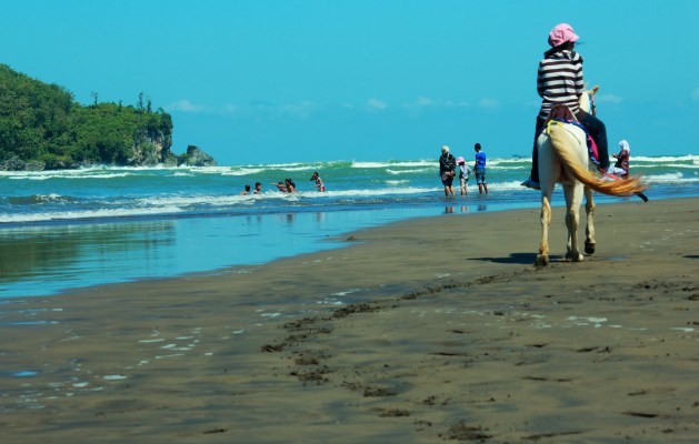 Pantai Ayah atau Pantai Logending