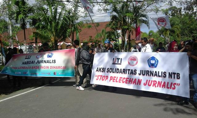 Aksi Solidaritas Jurnalis Gedor Kantor Dewan Lobar