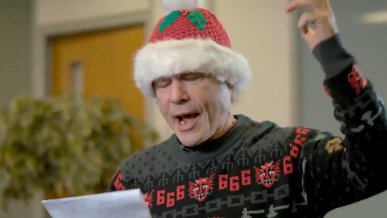 """Bruce Dickinson canta """"Twelve Days of Christmas"""" em mensagem de natal"""