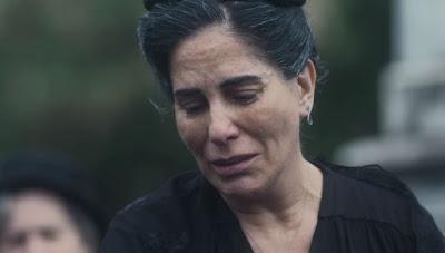 Lola (Gloria Pires) faz depoimento emocionado na despedida a Júlio (Antonio Calloni) — Foto: Globo