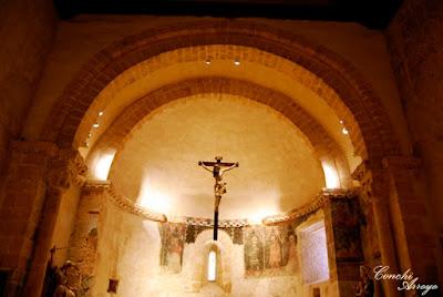 Cabecera interior o altar, de San Miguel mostrando los frescos con sus intensos colores