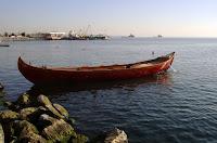 İstanbul boğazındaki bir sahile demir atmış bir ahşap kancabaş tekne
