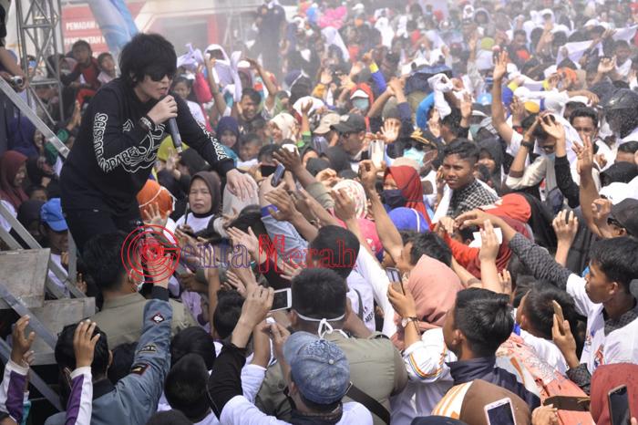 Ikuti Jalan Sehat HUT Ke-11 Mesuji, Ribuan Masyarakat Tumpah Ruah memenuhi Alun-alun