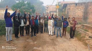 जर्जर मार्ग को लेकर ग्रामीणों ने किया प्रदर्शन   #NayaSaberaNetwork