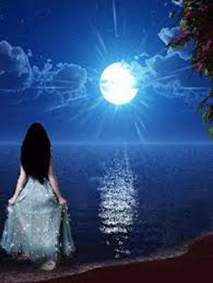 O mar a lua e uma jovem adentrando no mar.