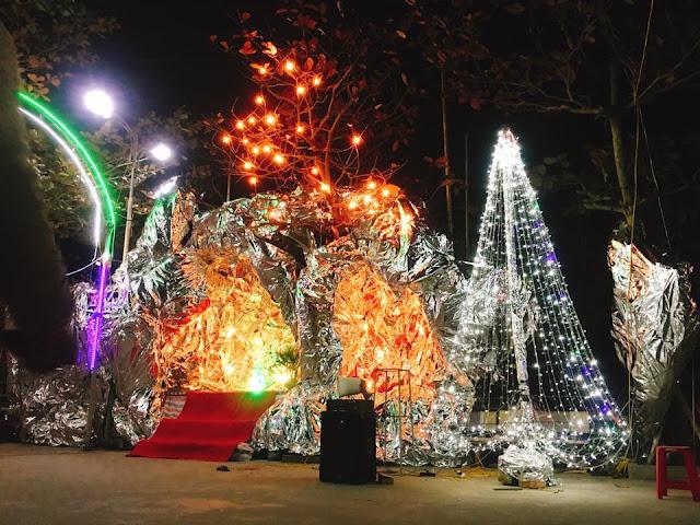 Không khí tất bật chuẩn bị đèn màu, hang đá, cây thông cho đêm Noel