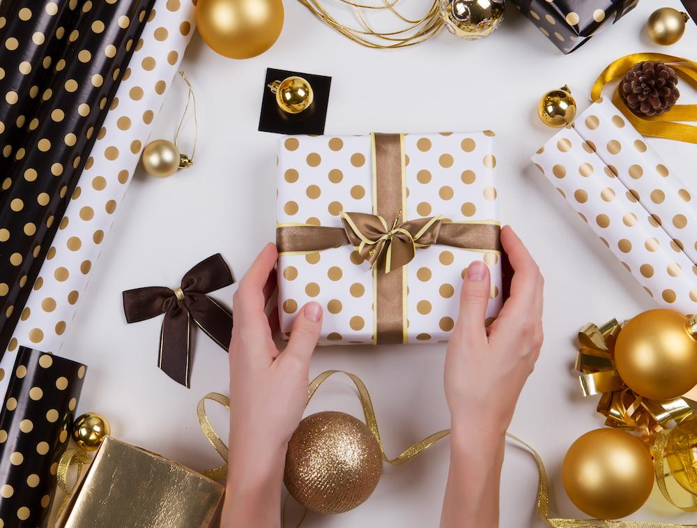 envoltorio de regalos con adornos del árbol