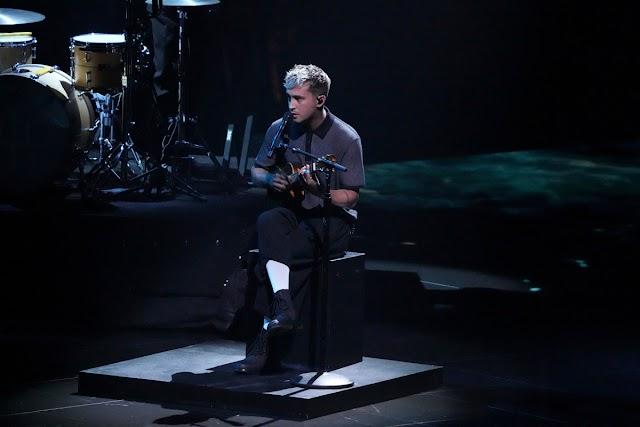 Tyler Joseph do duo twenty one pilots anuncia gravidez de sua esposa durante performance no VMA