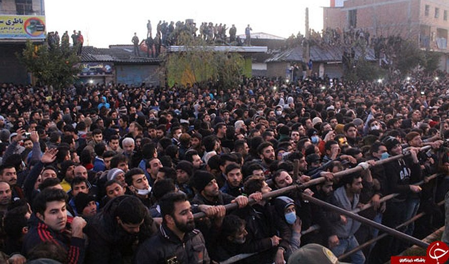 Iran: Two Prisoners Executed, One of them in Public