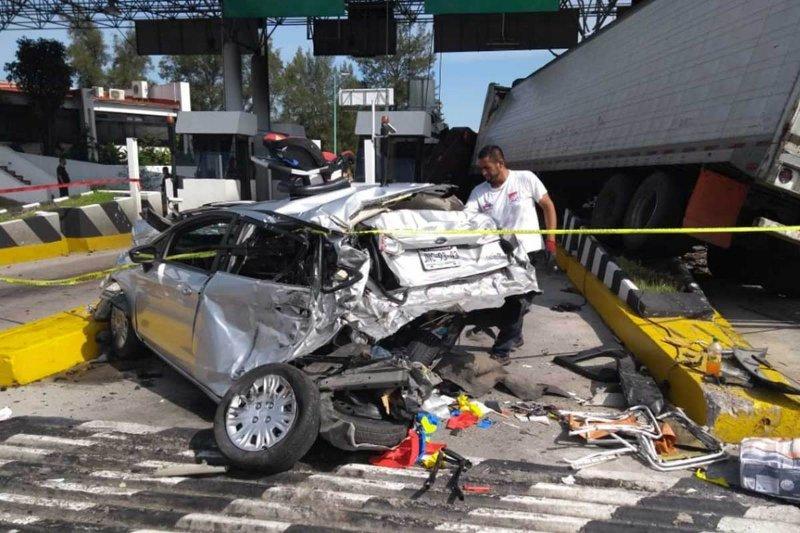 Trailer sin frenos embiste autos y caseta de cobro; muere la cajera