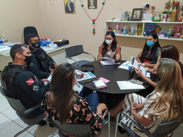 Secretária de Trabalho e Assistência Social reúne com equipe do Policiamento Comunitário Escolar