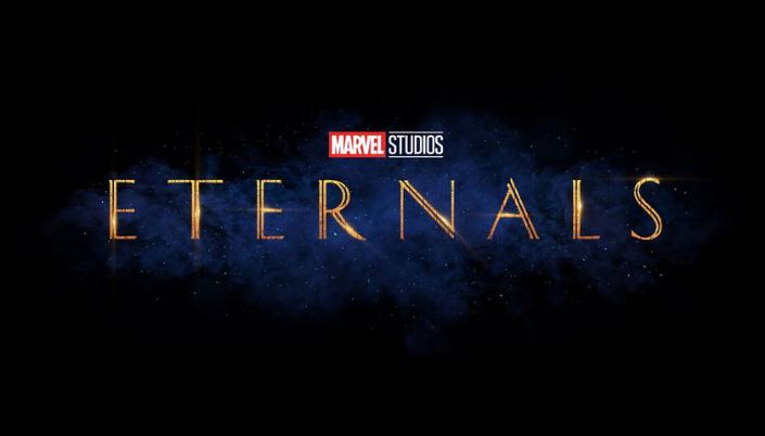 Imagem: fundo preto com o logo em azul de Os Eternos em letras dourados e de fonte serifada.