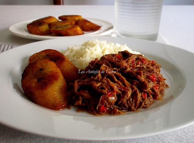 Carne desmechada con arroz y tajadas de maduro