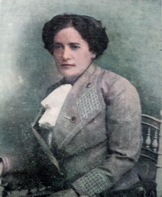 Francisca Júlia na maturidade, por volta de 1903.