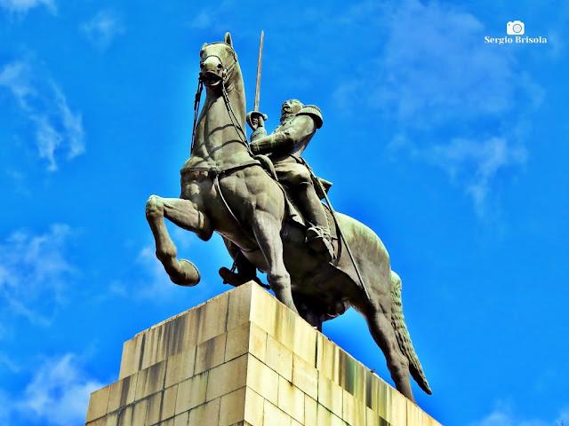 Close-up em perspectiva inferior da Escultura Equestre do Monumento a Duque de Caxias - Praça Princesa Isabel - Campos Elíseos - São Paulo