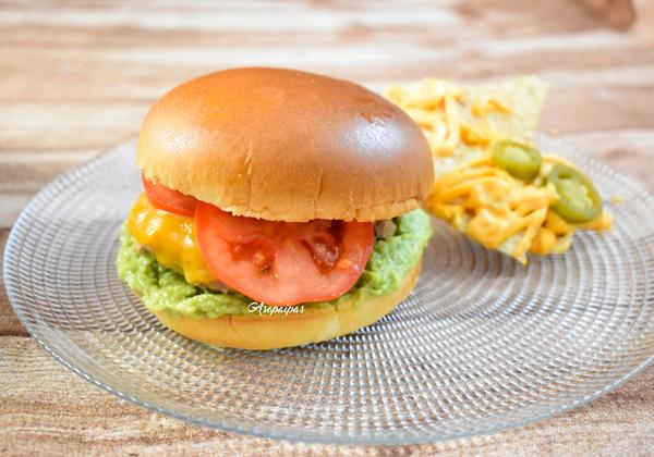 Hamburguesa con Guacamole y Queso Cheddar con Nachos, salsa Cheddar y jalapeños. Vídeo Receta